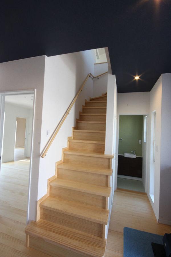 玄関ホール、天井の濃紺と壁のホワイトのコントラストが良い! 階段下のトイレ濃紺とモスグリーンの色使いが落ち着いた雰囲気