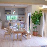 キッチンのカウンター調理代、カップボードは杉の造り付け一点物です。