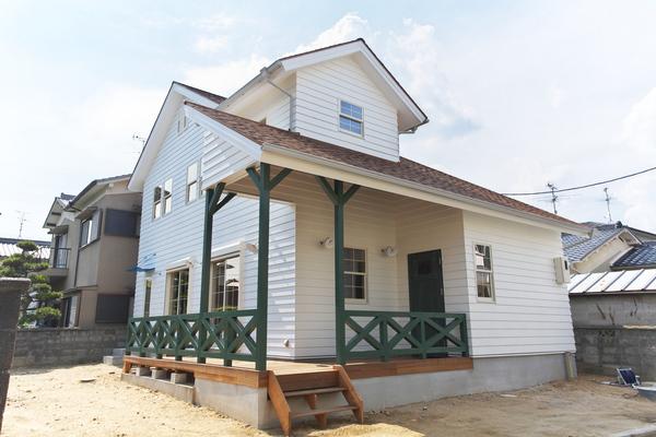 アメリカ西部開拓時代のスタイル、外壁はラップサイディングでその雰囲気を更に引き出します。アンティックなアイテム(照明等)が楽しい家。(平成22年5月竣工)