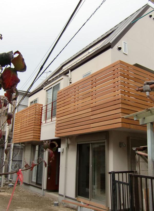 ガルバリュウム銅板の屋根と2階バルコニーの木彫格子のモダン和風の家。(平成21年12月竣工)