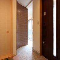 玄関から和室に続くアール壁タイル貼りのインナーテラス。