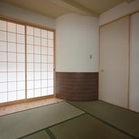 1階和室とアール壁腰壁タイル貼。