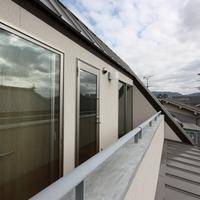 3階ガルバリュウム銅板の屋根とベランダ、2階屋根の取り合い。