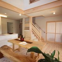 オープンなIランドキッチン、桧無節の梁が本物の重厚感を醸し出す。