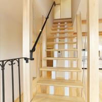 開放的なストリップ階段とアイアン手摺