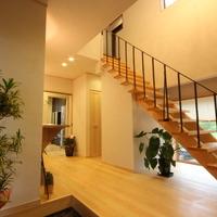 玄関ホール桧の階段とオーダのアイアン手摺