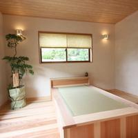 2階子供室:床、天井は杉を壁は塗壁、ベツトは畳と杉の部屋丸ごと自然素材です。