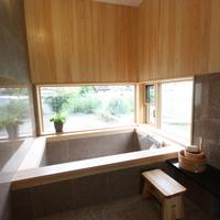 桧と石貼りのバスルーム