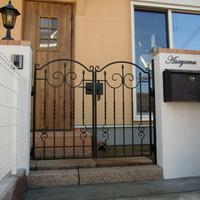 シンメトリーの鋳物門扉