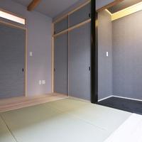 1階和室、入り口ランマFIX、木製化粧梁天井、グレー系の和紙でまとめたモダン和室。