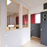 2階主寝室から階段室を望む。透明FIX窓から中2階のダイニングが見下ろせる。