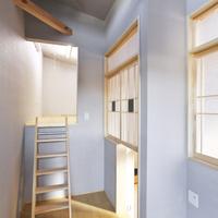 2階のホールと五層目のロフトをつなぐ可動ハシゴ。格子デザインのすかし障子がユニーク。