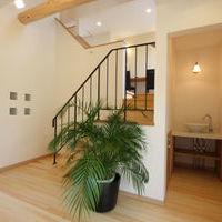 中1階のストリップ階段とアイアン手摺、ベッセル型手洗いコーナーとモザイク貼り天板
