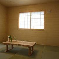 親世帯の落着いた自然素材の和室、半畳畳・珪藻土塗壁(光冷暖用塗壁)