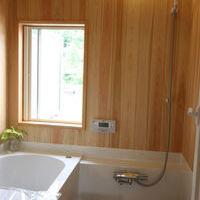 ハーフのユニットバスに壁面をヒノキ仕上げにしました。 ヒノキの香りに包まれながらの入浴は1日の疲れを癒してくれます。