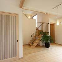 中1階のリビングダイニング・ヒノキの床材使用・洗面コーナーとトイレを設けました。