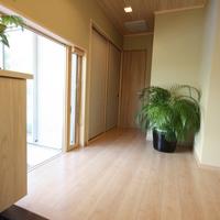 広くて明るい玄関ホール、大きな地窓から四季折々の植物が楽しめます。
