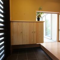 造り付けの下駄箱と大きめの地窓
