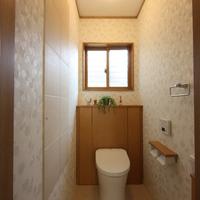 明るく落着いたトイレ・左壁面一部エコカラット貼り