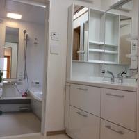 階段下を利用した洗面室と浴室、オフホワイトで統一し清潔感一杯です。