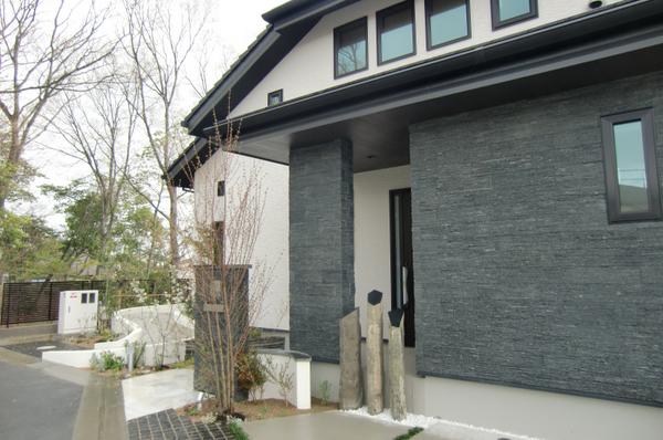 石貼りの外壁、庭のスロープは直接部屋につながっています。