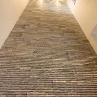 石貼りの吹抜(1階~2階の壁面)