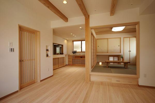 18帖のリビングダイニングと茶の間を取り込んでの大空間は大勢のお客さんに対応する為 LDKは床暖房付、建具は桧の創作建具です。