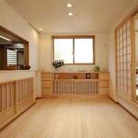 ダイニングの造り付けの収納家具はワーロン紙を使う事で一層室内を柔らかく和の空間をかもしだしています。