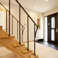 約3帖の玄関ホールは開放感が一杯、一部ストリップ階段のアイアン手摺はお洒落で素敵です。 シューズクローク(内玄関)も設けています。