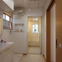 物干受や収納可動棚・ホールとキッチン側の2ヶ所の出入口はスムーズな動線を考えた設計