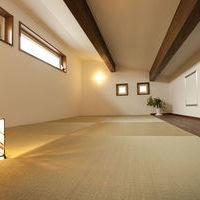 片流れの屋根を利用した玄関ホール上のロフト
