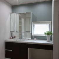 清潔感いっぱいの洗面室、正面の壁の色を変えてみました。隣に脱衣室も設けました。