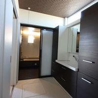 洗面室・UBバス、ブラウンを基調にしたゆったりサイズの洗面室・UBバス