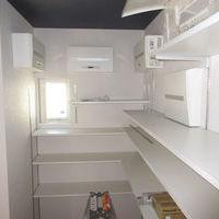 クロークルーム、配電盤の収納と小物の収納を同じスペースにまとめました。