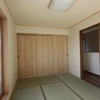 6帖の和室には大容量の収納スペースを設けました。日当たり抜群です。