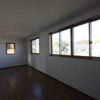 約10帖の洋室、窓越しに大パノラマの四季折々の生駒山を望む事ができます。