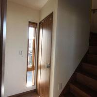 1階から3階のホールに明かりと通風を確保する為、スリット型スライド窓を設けました。