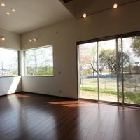 23.2帖のリビングダイニングは周りの四季折々の風景を採り入れる為大開口の窓が特徴です。