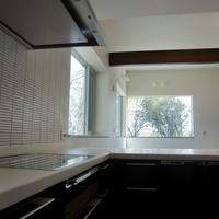 明るく広々した7.4帖のL型システムキッチン、壁面はボーダータイル貼り。
