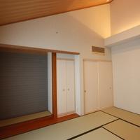 10帖の片流れの落着いた和室、間接照明がいっそう和の雰囲気をかもし出しています。