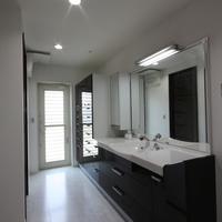 6.5帖の洗面室 ホワイト、ブラックのツートンカラー