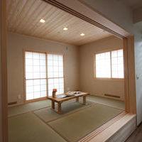 LDKにつながる6帖の和室・天井は杉板張り
