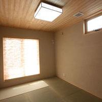 2階大壁和室、部屋全体を落ち着いた色合いに・天井は杉板張り・スクリーンはモルザ