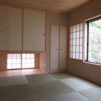 明るく落ち着いた茶の間・天井は杉板張、壁はオリジナル珪藻土 半帖畳、ワーロン荒間障子、吊押入、地窓