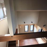 2階廊下より中2階のダイニングキッチンえを見る